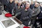 奥地利总统菲舍尔为奠基石浇铸水泥