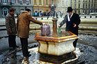 居民们在喷泉旁接水
