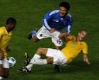 国家队与对手发生激烈碰撞