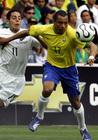 与巴西国脚拼抢足球