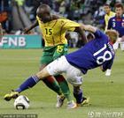 图文:日本1-0喀麦隆 本田圭佑回防参与防守