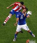 图文:意大利VS巴拉圭 鱼跃冲顶