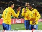 巴西2-1朝鲜 罗比尼奥与队友庆祝