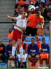 图文:荷兰VS丹麦 范德维尔拼抢头球