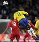 图文:巴西VS朝鲜 胡安飞身头球解围