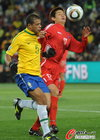 图文:巴西2-1朝鲜 梅洛紧逼对手