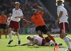 图文:荷兰VS丹麦 范德维尔遭飞铲