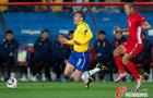 图文:巴西2-1朝鲜 卢西奥摔倒