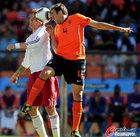 图文:荷兰VS丹麦 马泰森头球摆渡
