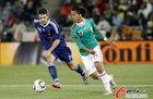 图文:法国VS墨西哥 多斯桑托斯十分勇猛