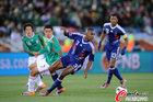 图文:法国0-2墨西哥 迪亚比摔倒