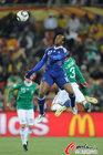 图文:法国0-2墨西哥 戈武高高跃起