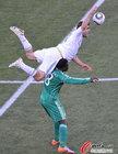 图文:希腊VS尼日利亚 雅库布令对手摔倒