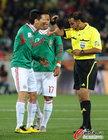 图文:法国VS墨西哥 弗朗哥吃到黄牌
