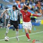 图文:阿根廷4-1韩国 古铁雷斯朴智星角力