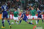 图文:法国0-2墨西哥 多斯桑托斯摔倒