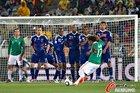 图文:法国0-2墨西哥 多斯桑托斯罚球