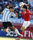 阿根廷4-1韩国 特维斯与对手争顶