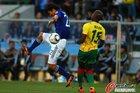 图文:日本VS喀麦隆 中泽佑二空中护球