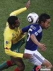 图文:日本1-0喀麦隆 长友佑都后脑勺停球
