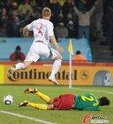 图文:丹麦VS喀麦隆 雅各布森躲过飞铲
