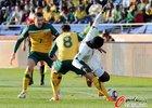 图文:加纳1-1澳大利亚 维克谢尔绊倒对手