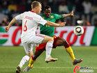 图文:丹麦VS喀麦隆 雅各布森抢球