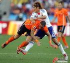 图文:荷兰VS日本 大久保嘉人硬拽对手