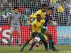 图文:日本VS喀麦隆 塔康背身护球