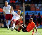 图文:荷兰VS丹麦 约根森被放铲
