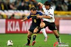 图文:德国VS澳大利亚 维克谢尔和赫迪拉拼抢