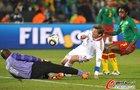 图文:喀麦隆VS丹麦 托马森和金森争抢