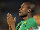 图文:喀麦隆1-2丹麦 姆比亚表情沮丧