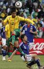 图文:日本VS喀麦隆 埃科托跳球过人