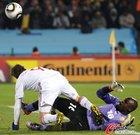 图文:丹麦VS喀麦隆 托马森门前失机