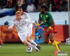 图文:喀麦隆1-2丹麦 宋寻觅机会