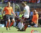 图文:荷兰VS丹麦 约根森争抢