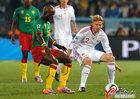 图文:喀麦隆VS丹麦 鲍尔森防守埃玛纳