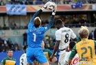 图文:加纳1-1澳大利亚 施瓦泽接球
