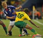 图文:日本1-0喀麦隆 恩永奋力阻拦