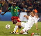 图文:丹麦VS喀麦隆 延森飞铲对手
