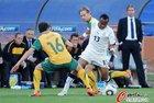 图文:加纳1-1澳大利亚 阿尤奋力摆脱