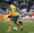 图文:加纳VS澳大利亚 阿尤被放倒