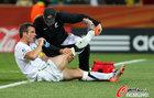 图文:意大利VS新西兰 尼尔森接受治疗