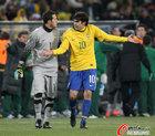 图文:巴西3-1科特迪瓦 塞萨尔与卡卡