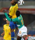 图文:巴西VS科特迪瓦 巴斯托斯飞顶