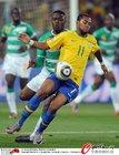 图文:巴西3-1科特迪瓦 罗比尼奥遭铲断
