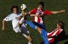 图文:斯洛伐克VS巴拉圭 卡塞雷斯伸脚争抢