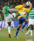 图文:巴西VS科特迪瓦 佐科拉飞踢法比亚诺