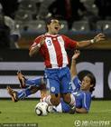 图文:意大利1-1巴拉圭 罗德里格斯被掀翻
